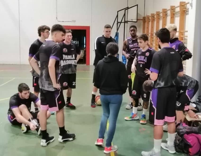 Entrenadora dando instrucciones a su equipo
